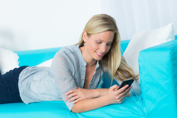 junge frau liest eine sms auf dem handy