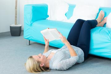 junge frau liest entspannt ein buch