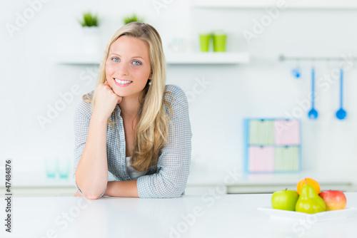 entspannte junge hausfrau