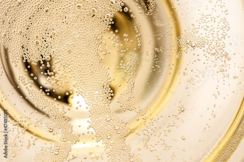Foto op Aluminium Alcohol Viele winzige Blasen in einer Sektschale