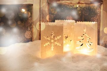 Papierlaternen im Schnee