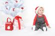 Kleines Mädchen unterm Weihnachtsbaum