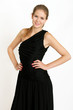 Blondine im schwarzen Abendkleid