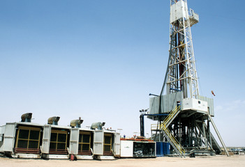 Overview of a drilling rig in the desert