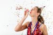 Frau feiert Geburtstag mit Luftschlange und Party Hütchen