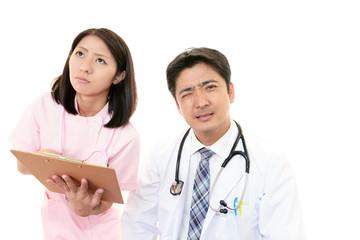 困惑した表情の医師と看護師