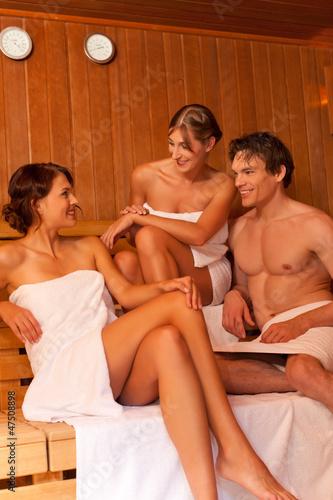 Drei Leute oder Freunde in der Sauna