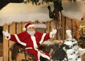 Der Weihnachtsmann vor einer Holzhütte