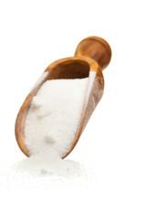 Eine Schaufel mit Zucker auf weißem Hintergrund