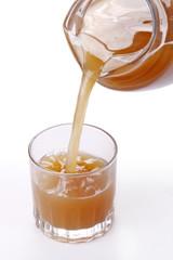 Siriviendo agua de tamarindo