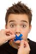Junge bekommt Redeverbot - Pflaster, Klebesteifen über dem Mund