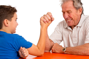 Kampf der Generationen - Großvater und Enkel beim Armdrücken