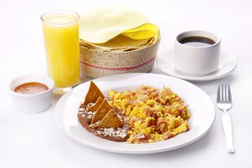 Huevos con jamón y frijoles. Comida mexicana.