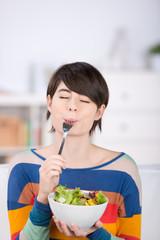 frau mag salat