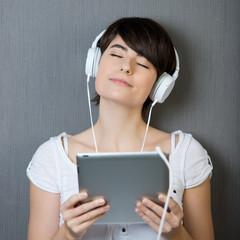 junge frau genießt musik
