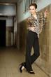 Frau in Leopardenbluse