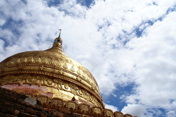 バガンの空に輝く黄金のパゴダ