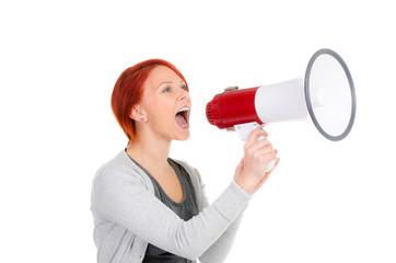 rothaarige schreit in ein megafon