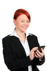 rothaarige geschäftsfrau freut sich über eine sms