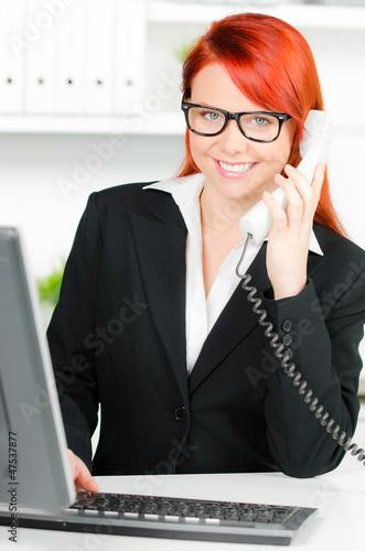 moderne frau telefoniert