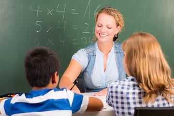 lehrerin mit schülern im unterricht