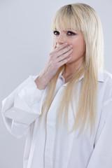 junge blonde  Frau am gähnen vor Müdigkeit