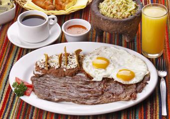 Bistec de res con huevos fritos y frijoles. Comida Mexicana
