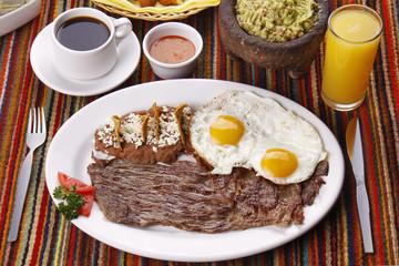 Bistec de res servido con huevos estrellados. Comida mexicana