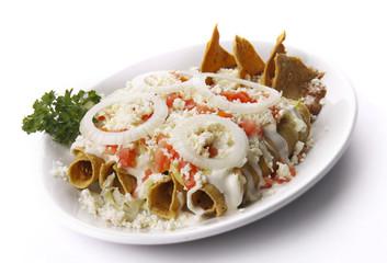 Tacos dorados de pollo. Comida mexicana