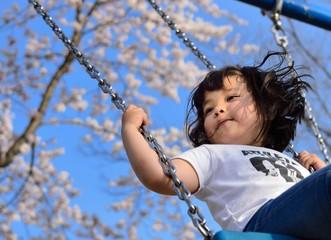 桜の下で遊ぶ少女