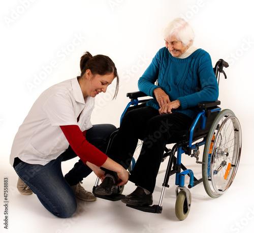 241112 Hilfe im Rollstuhl