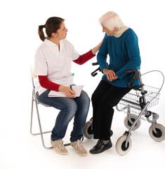 241112 Oma mit Rollator im Gespräch