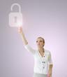 Femme touchant une icône de cadenas sur un écran tactile