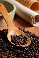 chicchi di caffè nel cucchiaio di legno