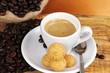Tazzina di caffè con amaretti