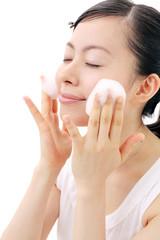 洗顔をする女の子