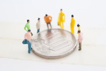 コインを囲む人々
