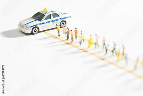 タクシーに並ぶ人の行列