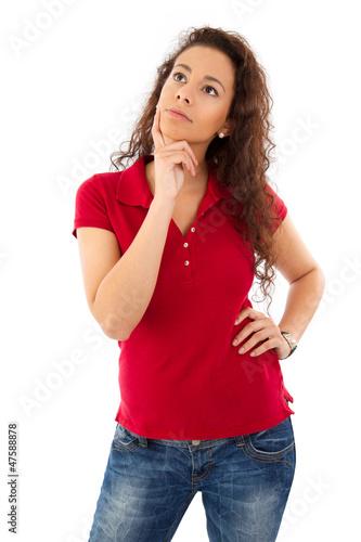 Junge Frau in Rot denkt nach