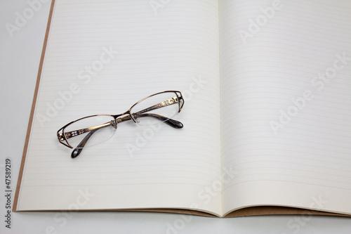 開いたノートと眼鏡
