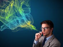 Przystojny mężczyzna palenia papierosów z kolorowym dymem