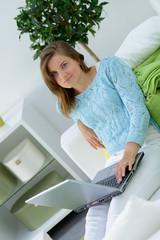 studentin mit laptop auf dem sofa