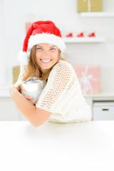 frau glücklich mit geschenkkarton