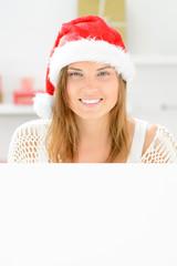 weihnachtsfrau mit hinweistafel