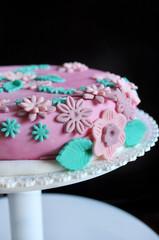 Cake design, dettaglio di fiori di zucchero su torta rosa