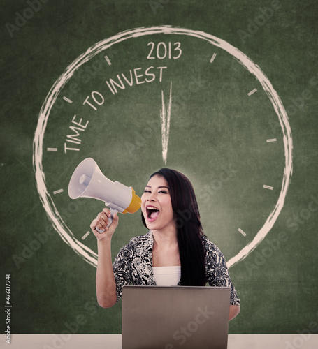 Announce invest time with speaker and laptop