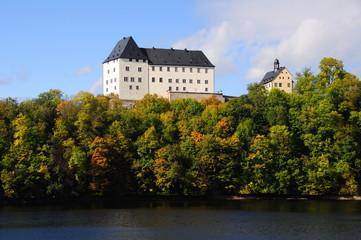 Schloss Burgk an der Saaleschleife im Herbst