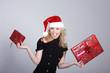 Junge Santa Frau mit Geschenke ganz frech