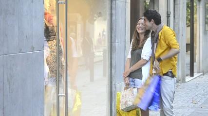 pareja comprando