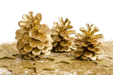 Goldene Kiefernzapfen
